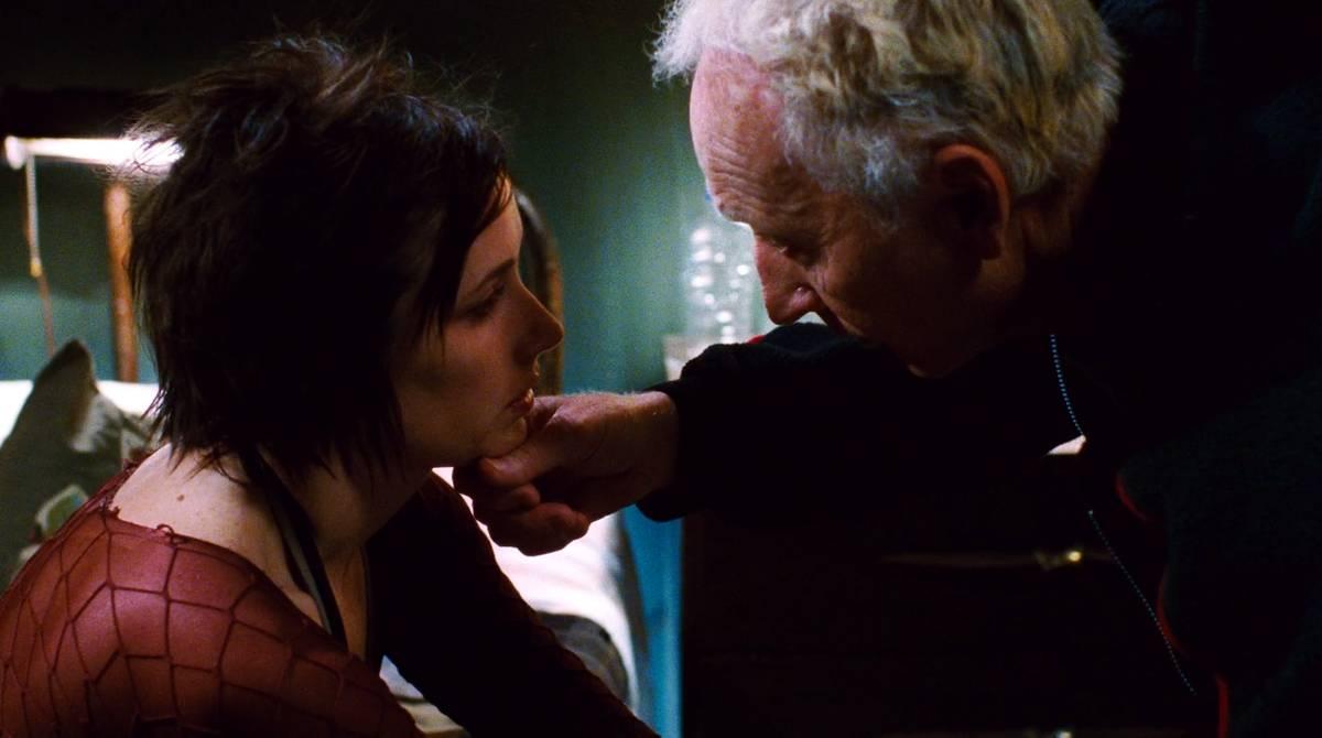 John Kramer helping Amanda Young recover in Saw 2