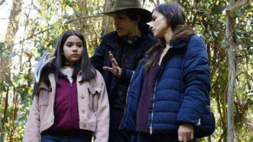 Andrés Beltrán, director, with Paula Castaño (who played Sara) and Alanna de la Rossa (who played Alicia) on the set of Tarumama